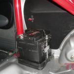 Akumulator (zostanie później zabudowany) oraz główny wyłącznik prądu