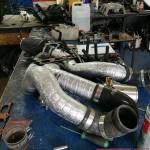 Kolektor ssący, listwy paliwowe i kilka innych elementów zostały zdemontowane i zawiezione do lakierowania proszkowego. Tarcze zawiezione do nacięcia